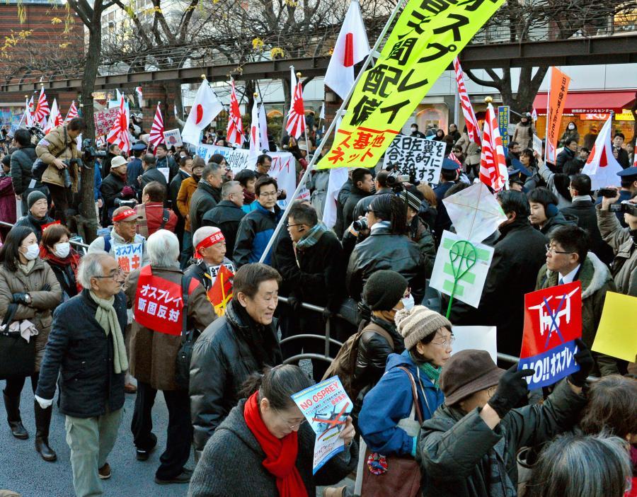 写真・図版 : オスプレイ配備撤回を訴えるデモ隊に、沿道からヤジが飛んだ=2013年1月27日、東京・銀座