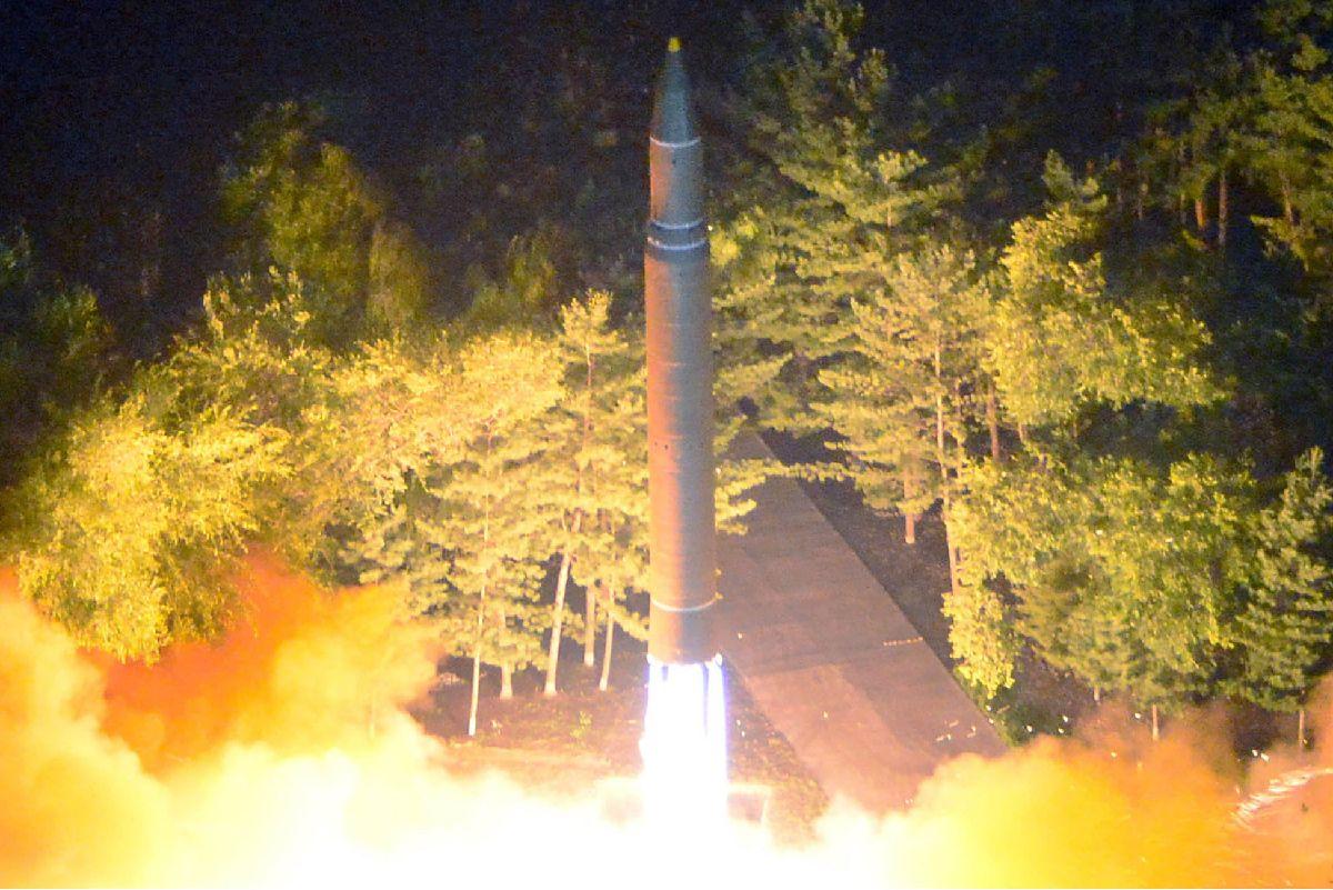 7月28日の発射の瞬間とみられる大陸間弾道ミサイル(ICBM)「火星14」。朝鮮中央通信が配信した=朝鮮通信
