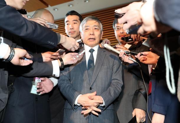 安倍晋三首相との会談後、記者に囲まれる黒田東彦日銀総裁=1月、首相官邸