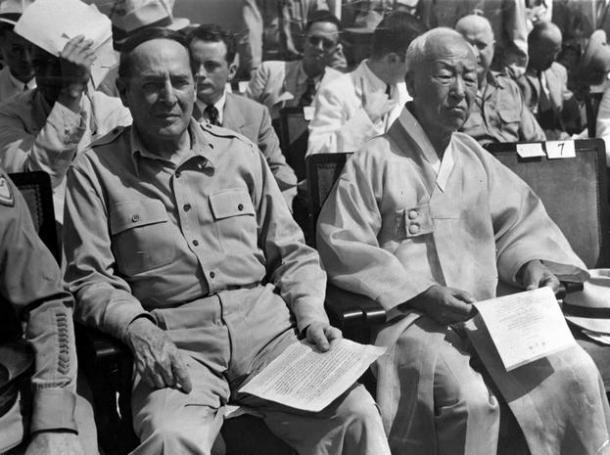 大韓民国の独立式典は解放3周年記念日の1948年8月15日、首都ソウルで行われた。この日、韓国の李承晩大統領ら多数の官民のほか、来賓として連合軍最高司令官マッカーサー元帥夫妻らが出席した。李大統領は、新政府が北朝鮮を包含し得ない事実について、ソ連を非難するとともに、今後の友好国の援助を要請した。写真は、式場のマッカーサー元帥(左)と李承晩大統領