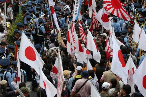 渋谷で行われたデモには、デモ参加者と多くの差別反対を訴える人たちが集まった=5日午後3時32分、東京・渋谷
