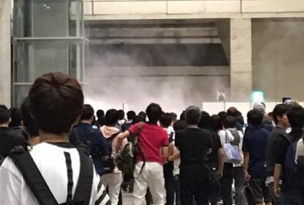 「欅坂46」の握手会の会場。白い煙が上がっている=千葉市美浜区、参加者提供