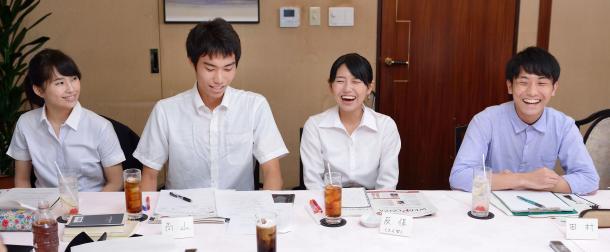 写真・図版 : (向かって左から)内海奈南さん、高山智也さん、反保真優さん、田村葉さん
