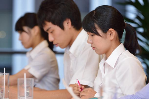 写真・図版 : (向かって左から)内海奈南さん、高山智也さん、反保真優さん