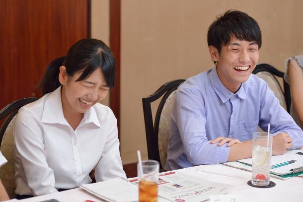 写真・図版 : (向かって左から)反保真優さん、高山智也さん