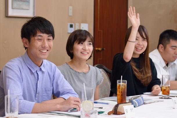写真・図版 : (向かって左から)田村葉さん、石田有紀さん、稲垣ひよりさん、佐藤信吾さん