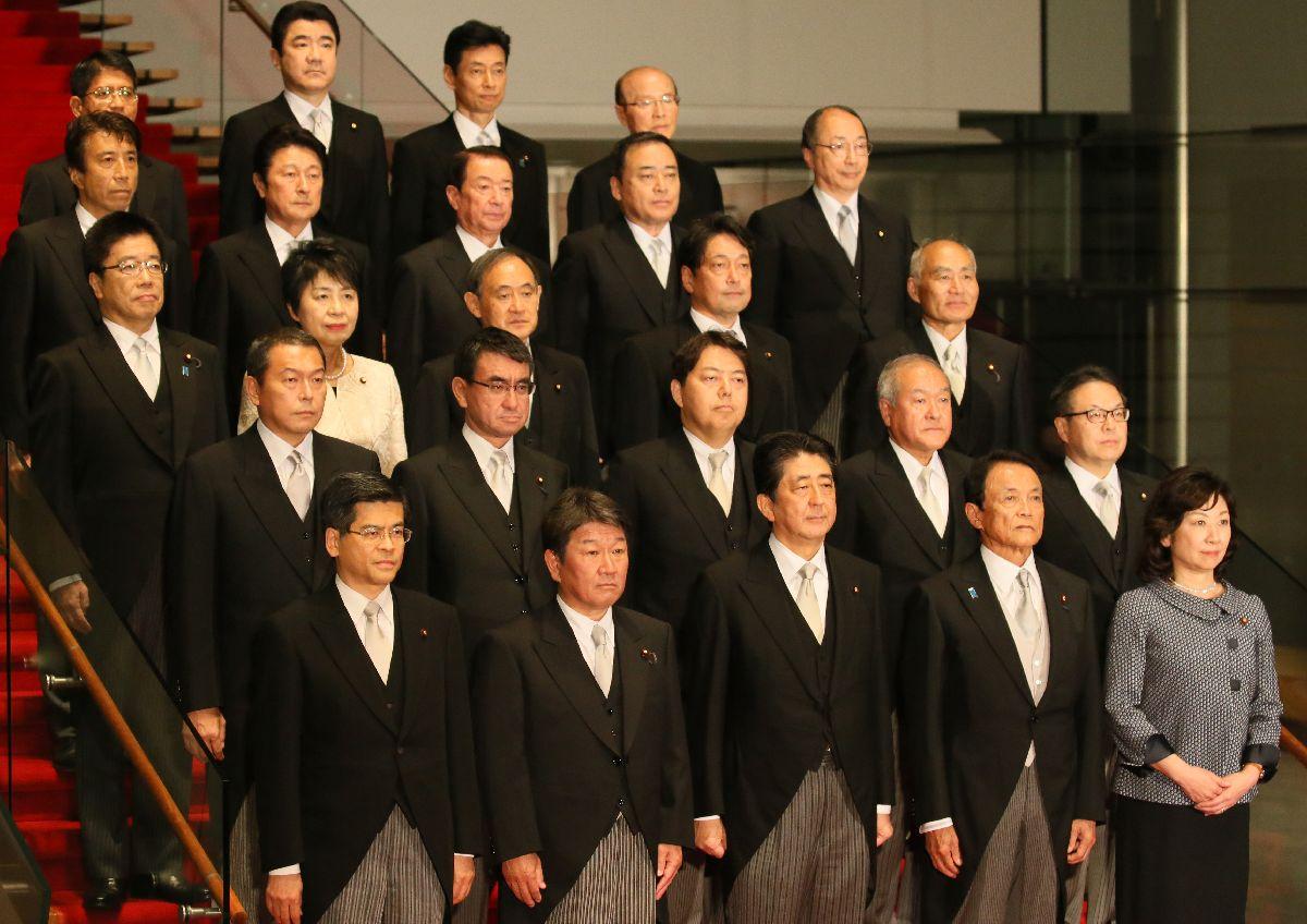 初閣議を終え、記念写真に納まる第3次安倍・第3次改造内閣の閣僚たち=3日、首相官邸