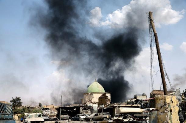 Sが先月21日に爆破したモスルの旧市街にあるヌーリ・モスク。取材に訪れた今月2日も、旧市街のIS支配地域では戦闘が続き、爆発音に続いて黒煙が上がった=杉本康弘撮影2017月2日