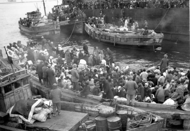 北朝鮮興南からの避難者を揚陸艦(LST)から韓国・米国軍の渡船に降す作業。米海軍提供 195012