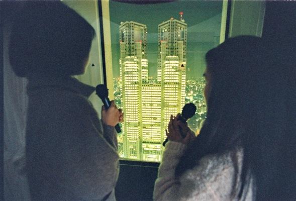 ホテル最上階にあるカラオケルーム。カラオケで歌うと著作権料の支払いが求められる=1994年、東京・新宿