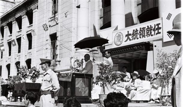 圧倒的な得票で再選され就任式で演説する李承晩・韓国大統領1952年8月15日韓国・ソウル特別市庁舎前広場で