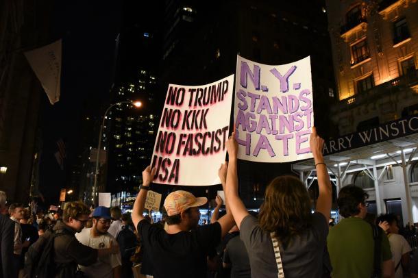 トランプ大統領への抗議のため、トランプタワー周辺に集まった人たち=8月14日