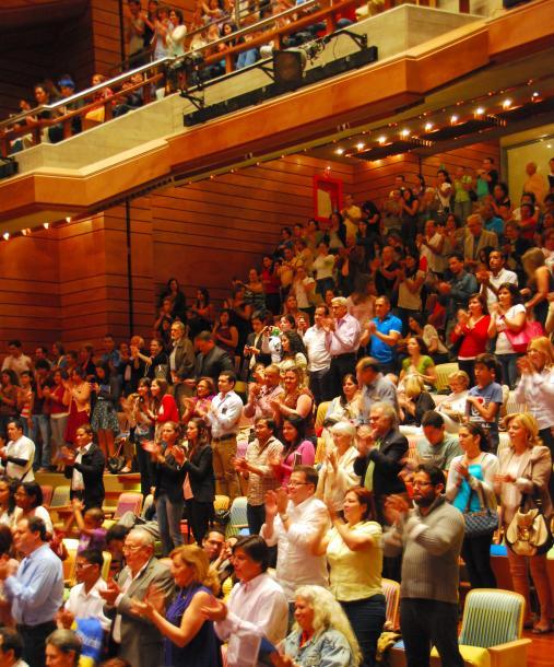 地元の英雄ドゥダメルとシモン・ボリバル交響楽団の演奏に観客席は総立ちになった=カラカス、2012年、