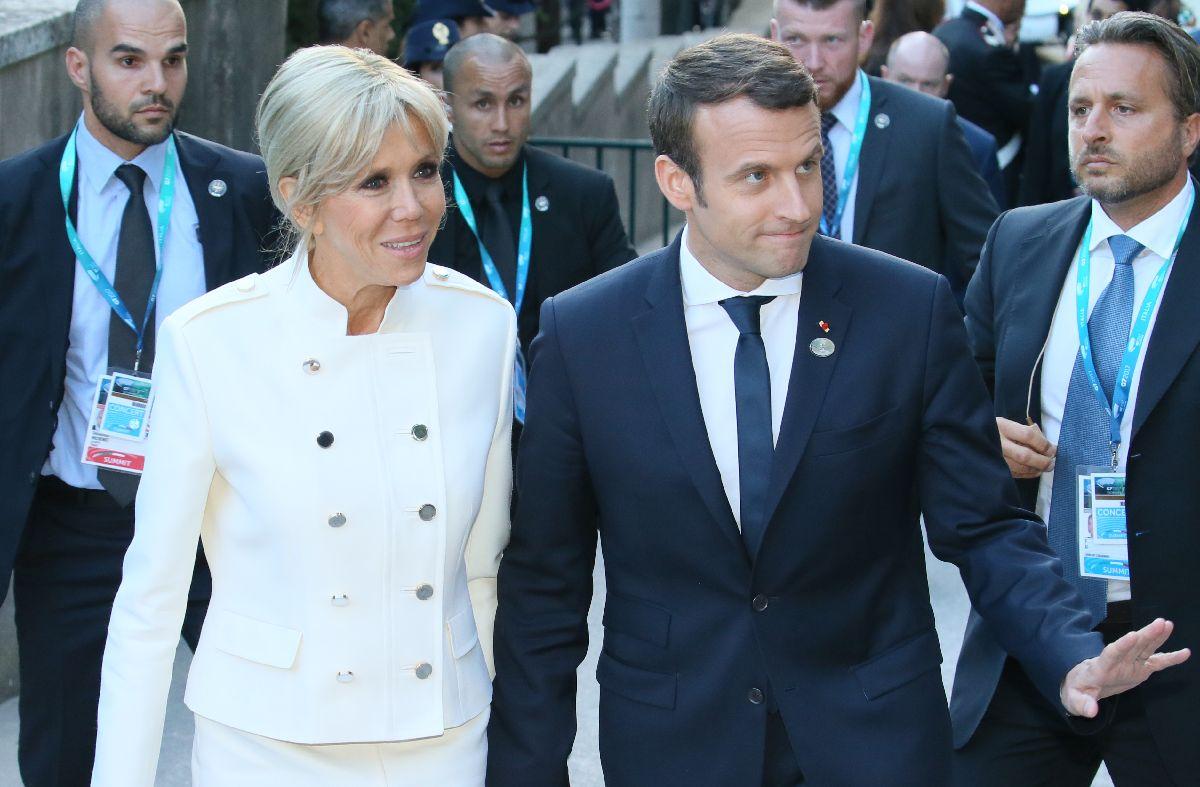 写真・図版 : 連れだってコンサートの鑑賞にきたマクロン大統領(右)とブリジット夫人=5月26日、イタリア南部シチリア島タオルミナ