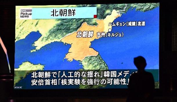 北朝鮮による核実験関連のニュースが大型ビジョンに映し出された=9月3日夜、東京・秋葉原