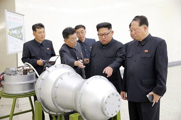 写真・図版 : 核の兵器化事業を指導する金正恩朝鮮労働党委員長(右から2人目)。日時は不明。朝鮮中央通信が9月3日に報じた=朝鮮通信