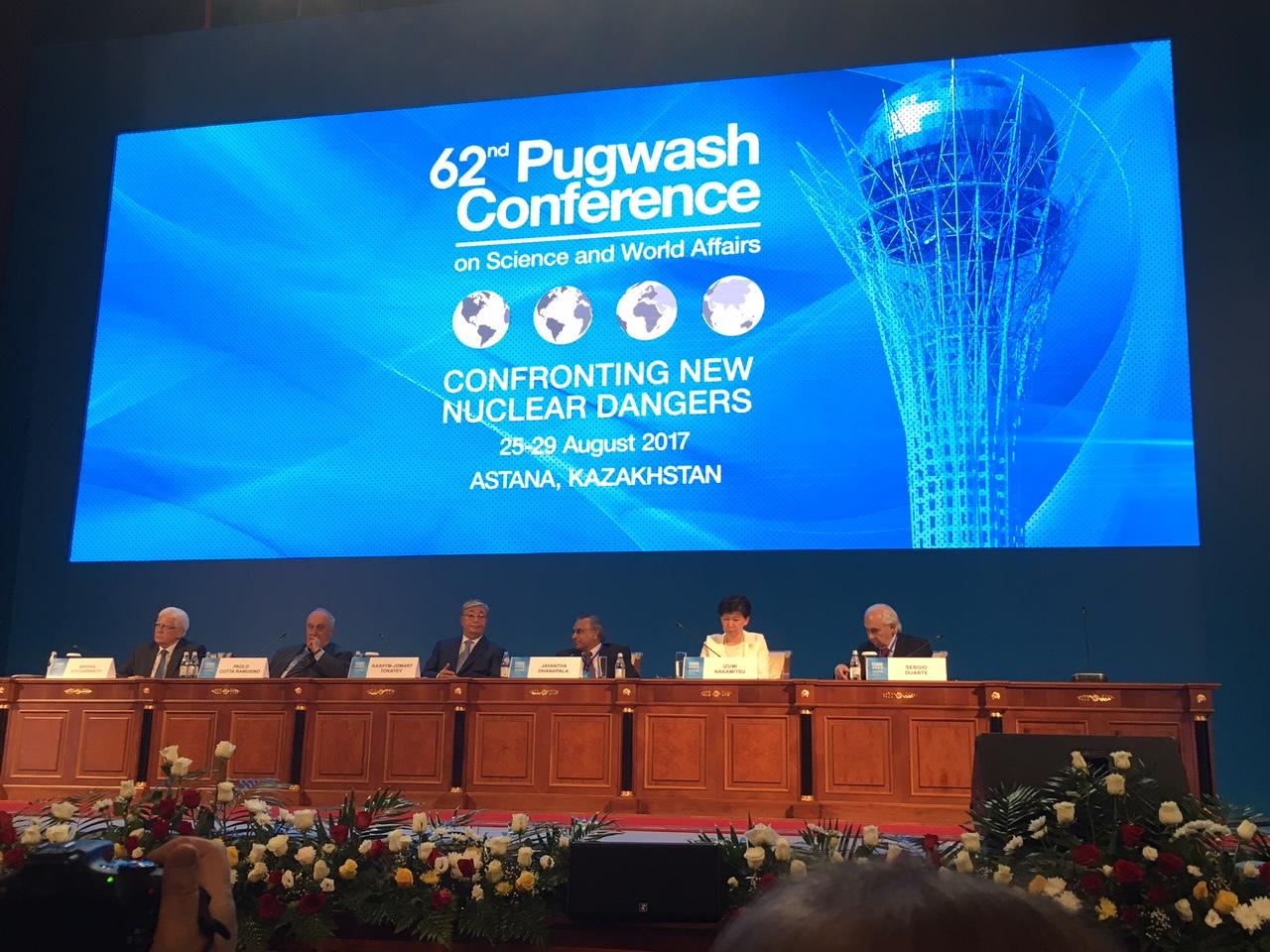 写真・図版 : 第62回パグウォッシュ会議世界大会開会セッションの風景。左からボチャルニコフ・在カザフスタンロシア大 使、コッタ・ラムジーノ・パグウォッシュ会議事務総長、トカイエフ・カザ フスタン上院議長、ダナパラ・パグウォッシュ会議会長、中満・国連事務次長軍縮担当上級代表、デュワルテ・パグウォッシュ会議次期会長=筆者撮影