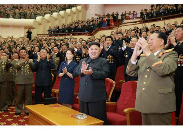 平壌の人民劇場で開かれた水爆実験の成功を祝賀する講演で拍手する金正恩朝鮮労働党委員長(前列中央)と李雪主夫人(前列右から3人目)。日時は不明=労働新聞ホームページから