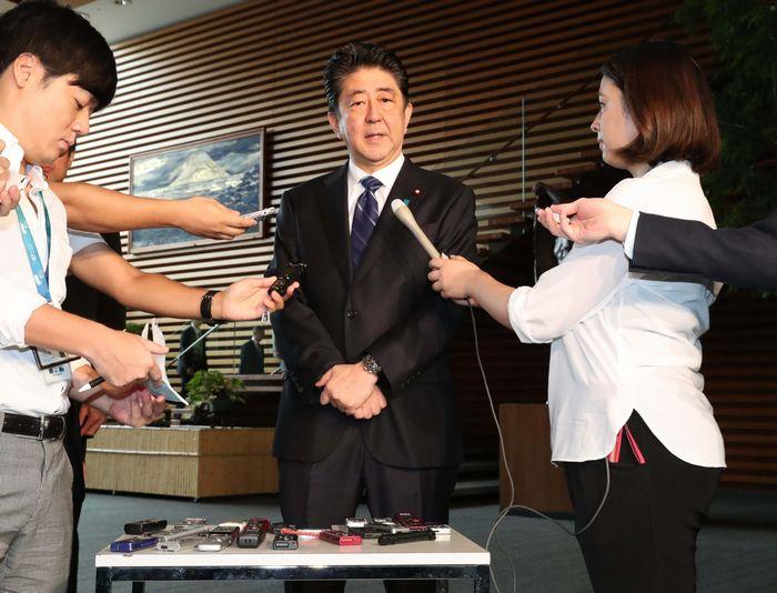 写真・図版 : 国連安全保障理事会による北朝鮮への新たな制裁決議採択を受け、取材に応じる安倍晋三首相=9月12日、首相官邸