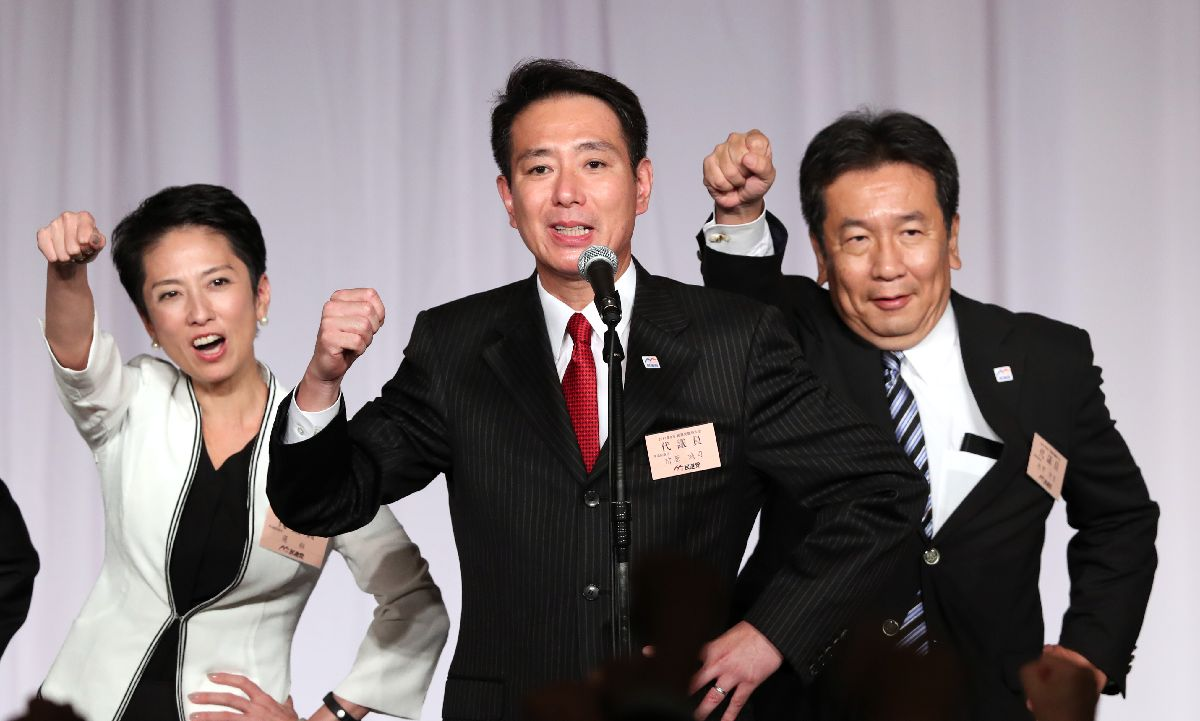 民進党の新代表に決まり、「がんばろう」三唱する前原誠司新代表(中央)。右は枝野幸男氏、左は前代表の蓮舫氏=9月1日、東京都港区