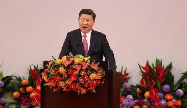 写真・図版 : 香港返還20年の記念式典で演説する中国の習近平国家主席=7月、香港
