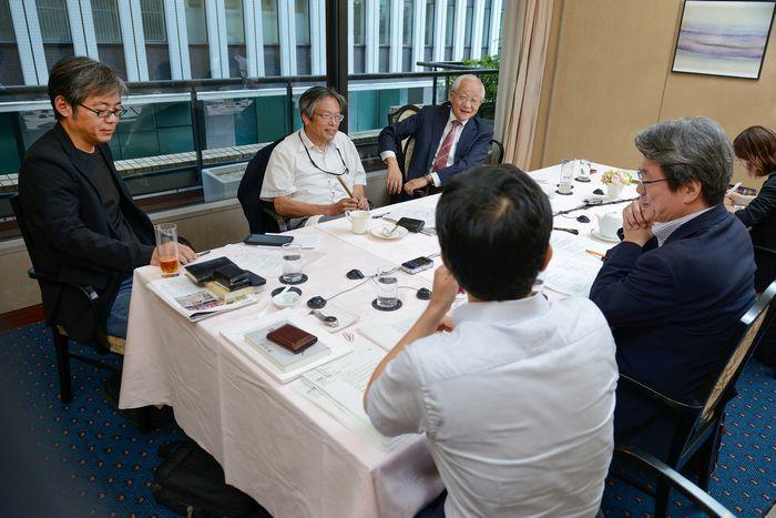 写真・図版 : メディアと権力の関係について議論が交わされた座談会(吉永考宏撮影)