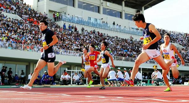 陸上・日本学生対校選手権の男子100メートル決勝で9秒98を記録した桐生祥秀(左端)=2017年9月9日、福井市の福井運動公園陸上競技場