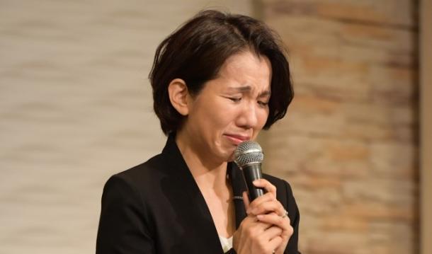 写真・図版 : 記者会見で謝罪する豊田真由子衆院議員=2017年9月18日、埼玉県新座市