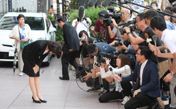 写真・図版 : 後援会の集会に向かう途中で=2017年9月18日、埼玉県新座市