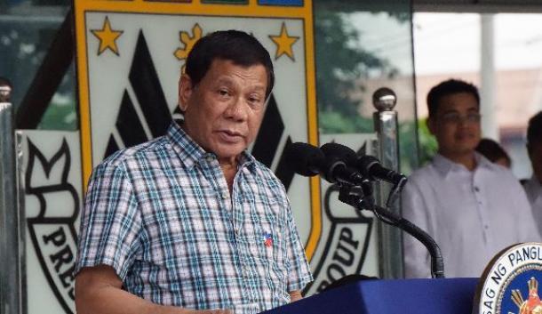 大統領警備隊を前に演説するフィリピンのドゥテルテ大統領=6月28日、マニラ