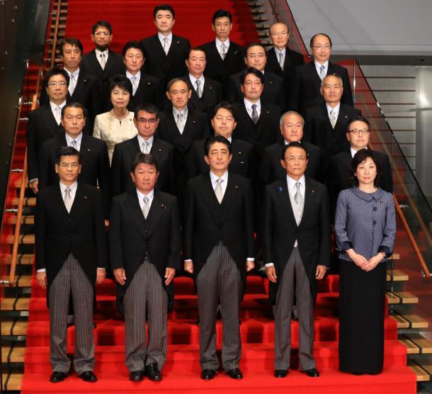 初閣議を終え、記念撮影に納まる第3次安倍・第3次改造内閣の閣僚たち=8月3日、首相官邸