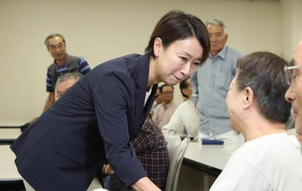 地元後援会の支援者と握手する山尾志桜里議員=22日午後3時28分、愛知県尾張旭市、20170922
