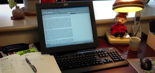 写真・図版 : 契約書など実務翻訳では、一字一句の間違いも許されない=2005年、東京都内