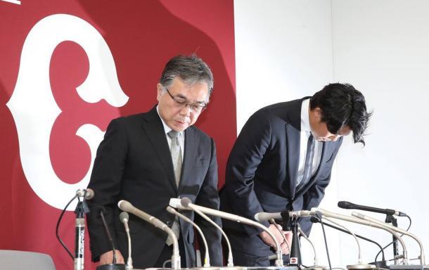 写真・図版 : 謝罪会見する巨人の山口俊投手(右)と石井一夫球団社長。選手会は球団の処分を批判している=2017年8月18日