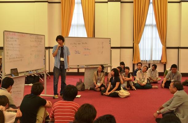 「大学の授業のイメージ」など講義のあり方を考える講座で、参加した大学院生らがグループごとに発表した=2013年、京都市内