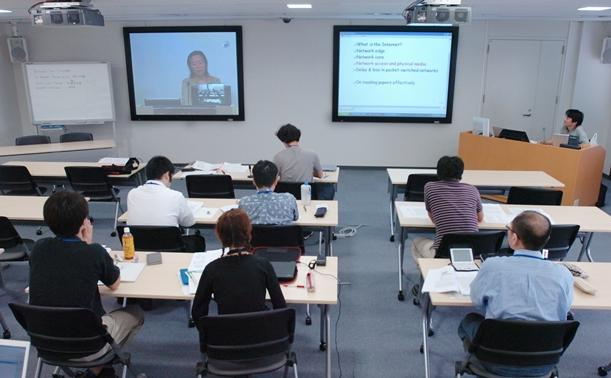 米国とつないだテレビ会議システムで授業を受ける学生たち。修士号を取れる仕組みになっている=2005年、神戸市内