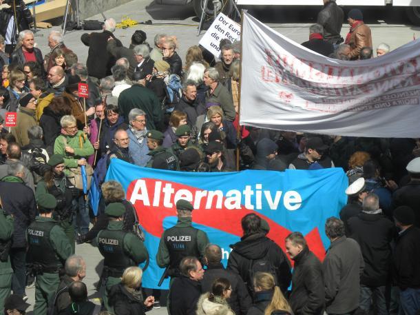ミュンヘンで行われた極右政党『ドイツのための選択肢』(AfD)の演説会には、多数の市民が集まった(筆者撮影)