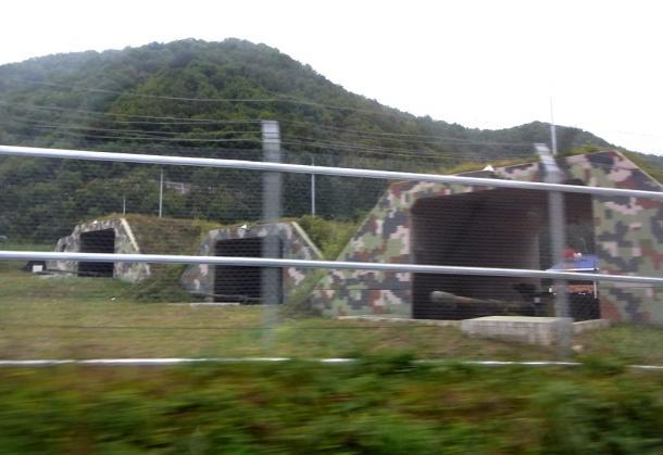写真・図版 : 北朝鮮との国境に近い韓国軍の野砲基地の掩体壕(えんたいごう)。砲身は北に向く=2017年9月27日、春川市郊外で 撮影・筆者