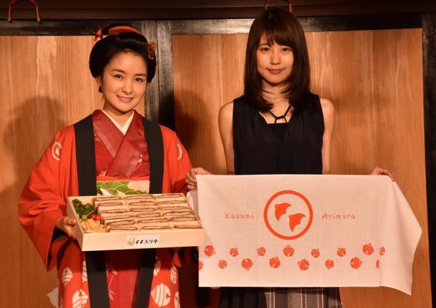 有村架純(右)は「ひよっこ」に登場するポークカツサンドを、葵わかなは「わろてんか」