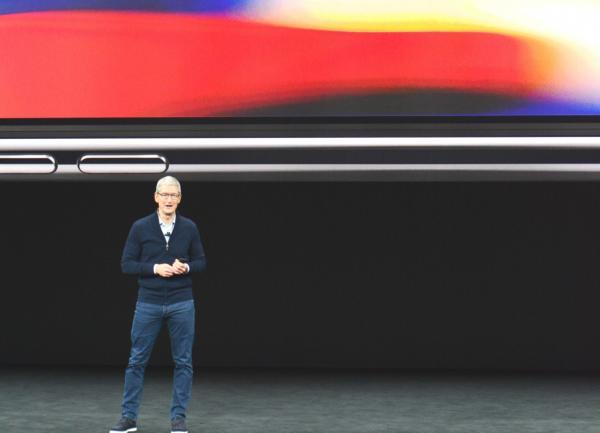 写真・図版 : iPhoneⅩを発表する米アップルのティム・クックCEO=カリフォルニア州クパチーノ、宮地ゆう撮影