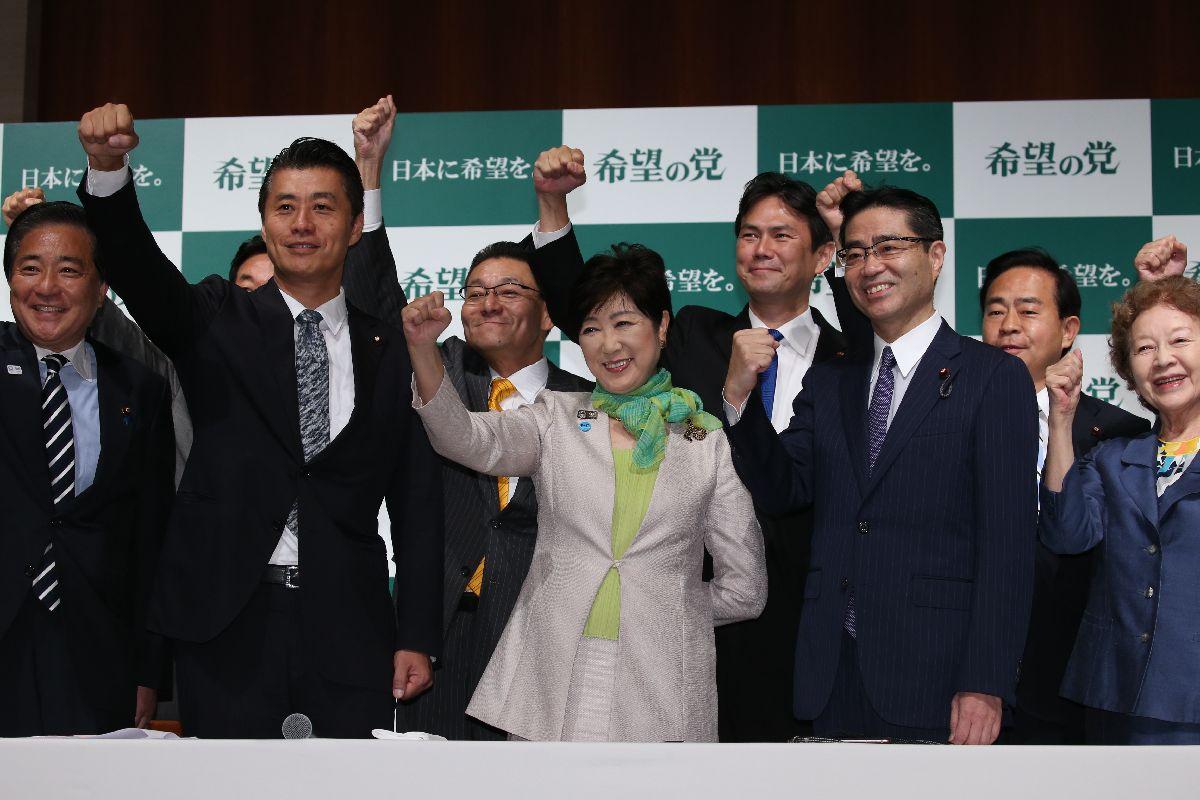 「希望の党」結党会見でポーズをとる代表の小池百合子氏(中央)。左から2人目は細野豪志衆院議員、右から3人目は若狭勝衆院議員=27日、東京都新宿区