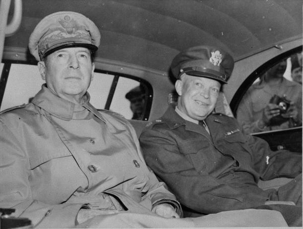 来日した米陸軍参謀長アイゼンハワー元帥とともに都心の司令部へ向かう連合国軍最高司令官マッカーサー元帥 左)=1946年5月、神奈川県の米軍厚木基地