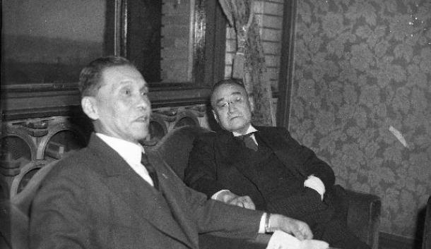 写真・図版 : 会談する新旧首相。左は芦田均前首相。右は吉田茂新首相=1948年10月、首相官邸