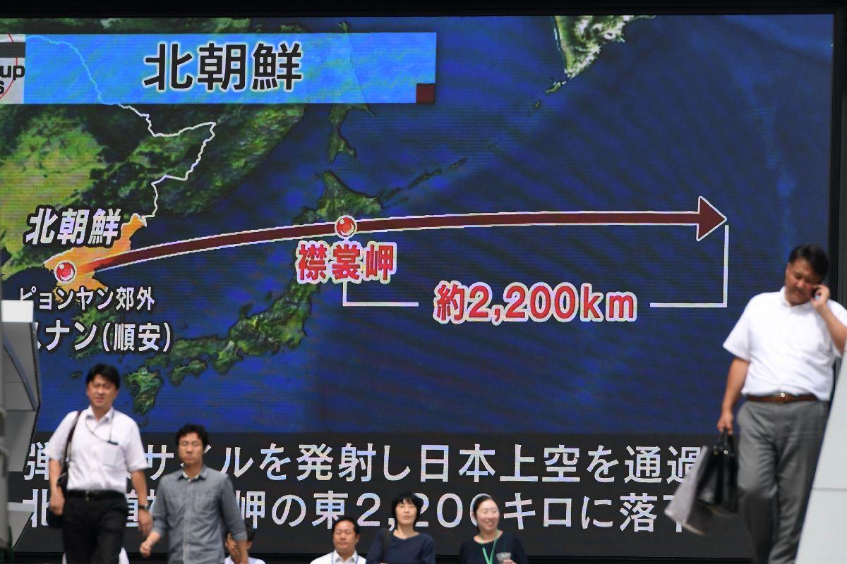 北朝鮮によるミサイル発射のニュースを伝える街頭の大型ビジョン=9月15日、東京都千代田区