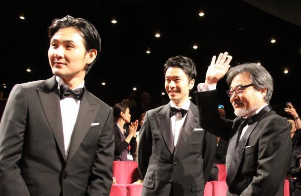 公式上映後、観客の拍手にこたえる黒沢清監督(右)ら=カンヌ