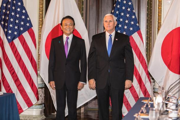 写真・図版 : 日米経済対話冒頭での麻生副総理(左)とペンス米副大統領=10月16日、ワシントン、代表撮影