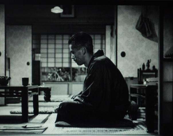 写真・図版 : 【写真2】 原が2階に上がっていったあと、一人残され、左に向かって座し、物思いに沈む笠智衆