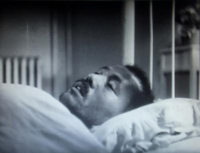 写真・図版 : 【写真3】 起き上がれば左向きとなる姿勢で、ベッドの上に横たわり、静かに、尊厳性を保って息を引き取っていく笠智衆