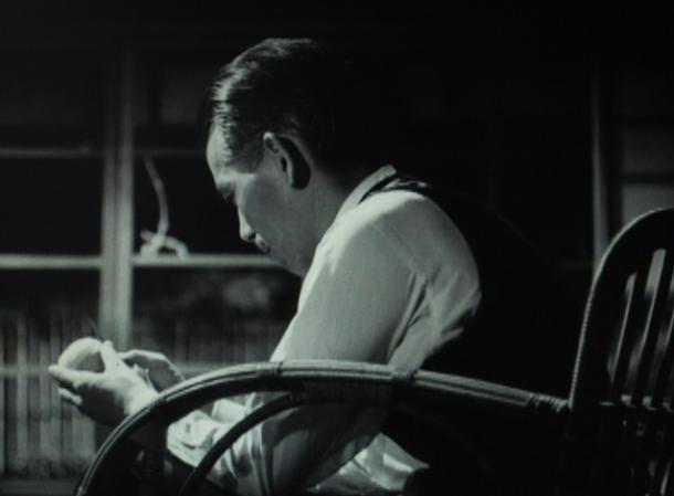 写真・図版 : 【写真5】 左向かいに椅子に座り、独り黙然とリンゴの皮を剥く
