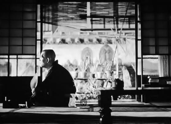 写真・図版 : 【写真9】 妻が死に、葬儀が終わった後も尾道に残り、親切にしてくれた義理の娘の原節子も東京に帰り、一人孤独に、永遠の時の流れを見つめる笠智衆